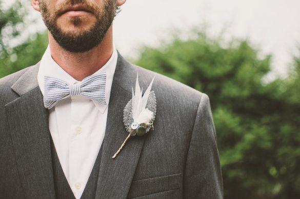 Un marié avec un noeud papillon